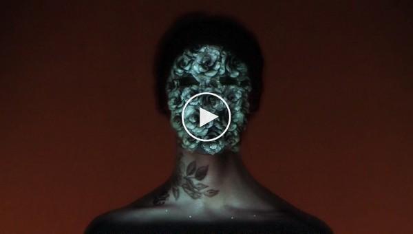 Удивительное шоу на лице девушки созданное c помощью 3D-проекции