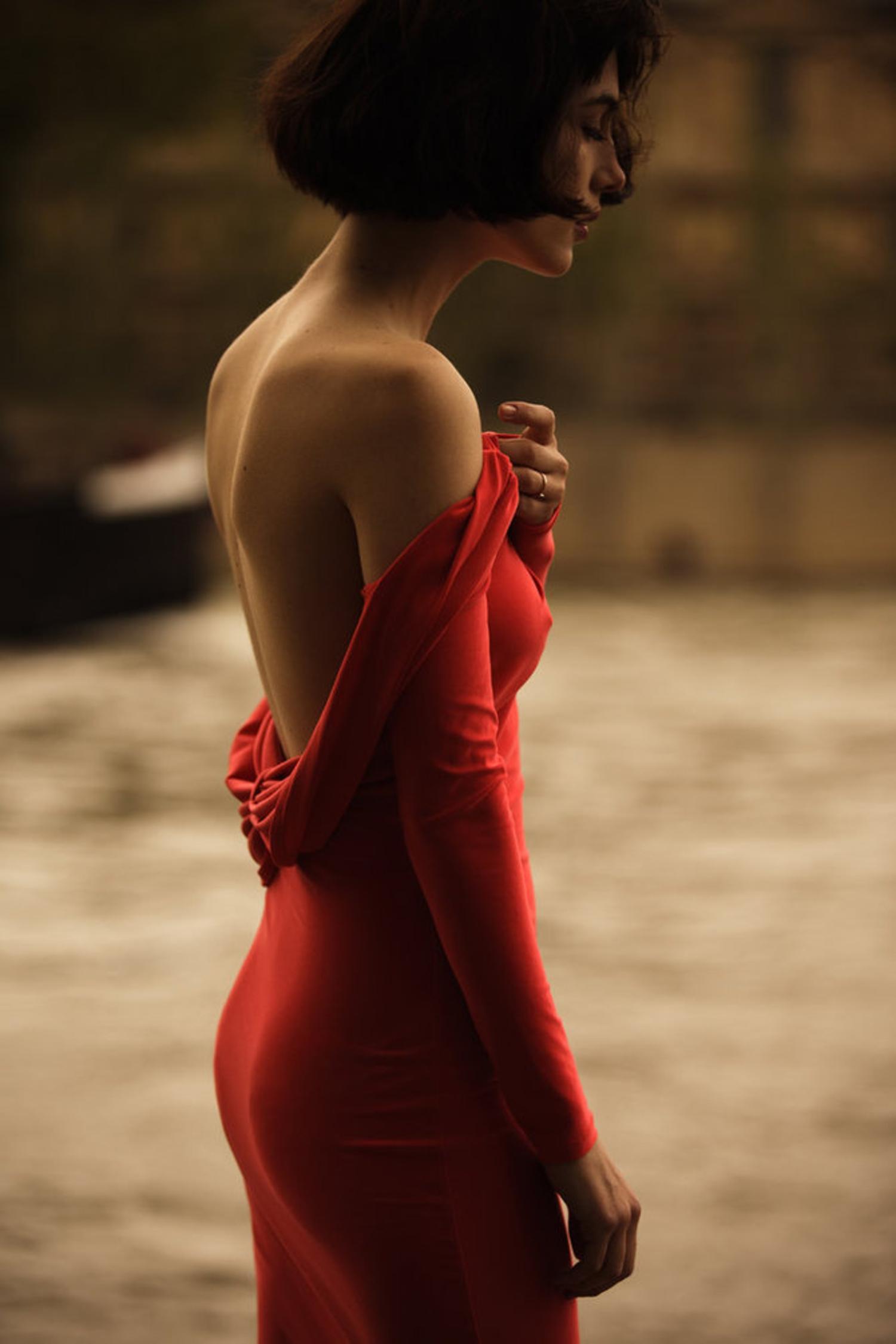Девушка в платье спиной фото
