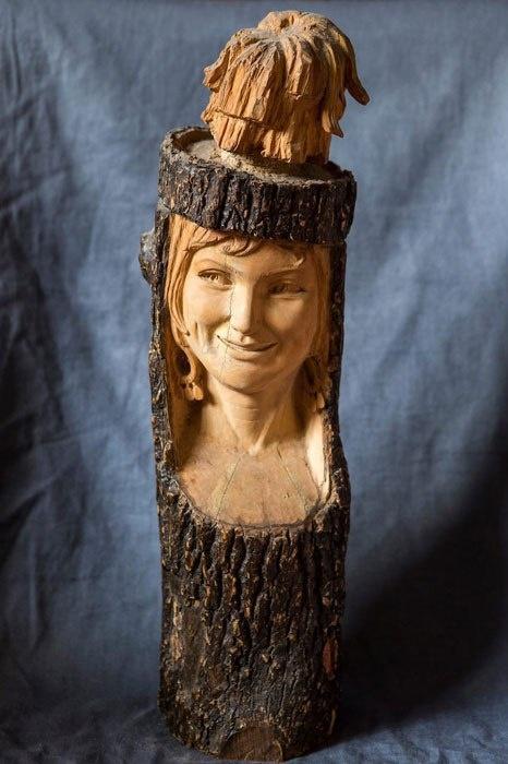 78-летняя бабушка вырезает скульптуры из дерева (7 фото)