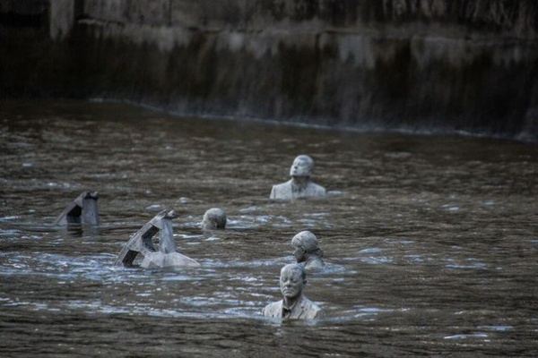 В Лондоне дважды в день из Темзы появляются всадники промышленного апокалипсиса (5 фото)