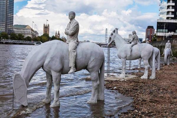 Всадники Апокалипсиса в Темзе (9 фото)