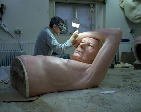 Гиперреалистичная скульптура Пара под зонтом (7 фото)