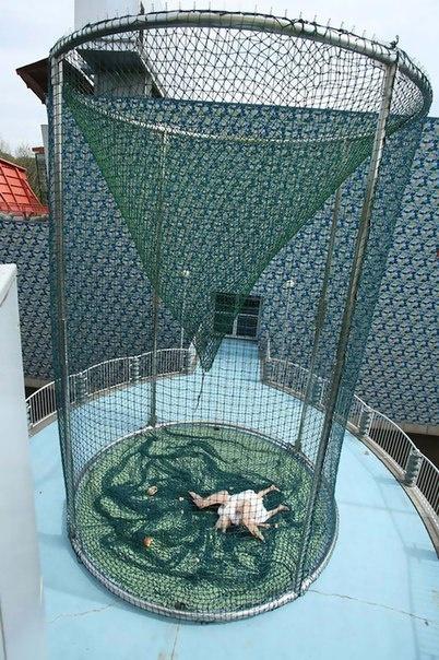 Жутковатая гиперреалистичная скульптура падшего ангела от китайских художников Sun Yuan и Peng Yu (8 фото)