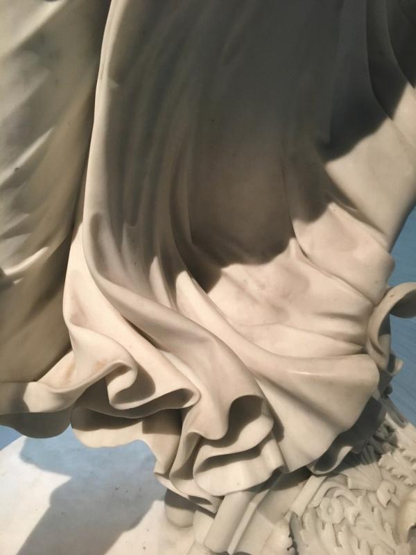 Какое совершенство линий в драпировке и теле юной богини (6 фото)