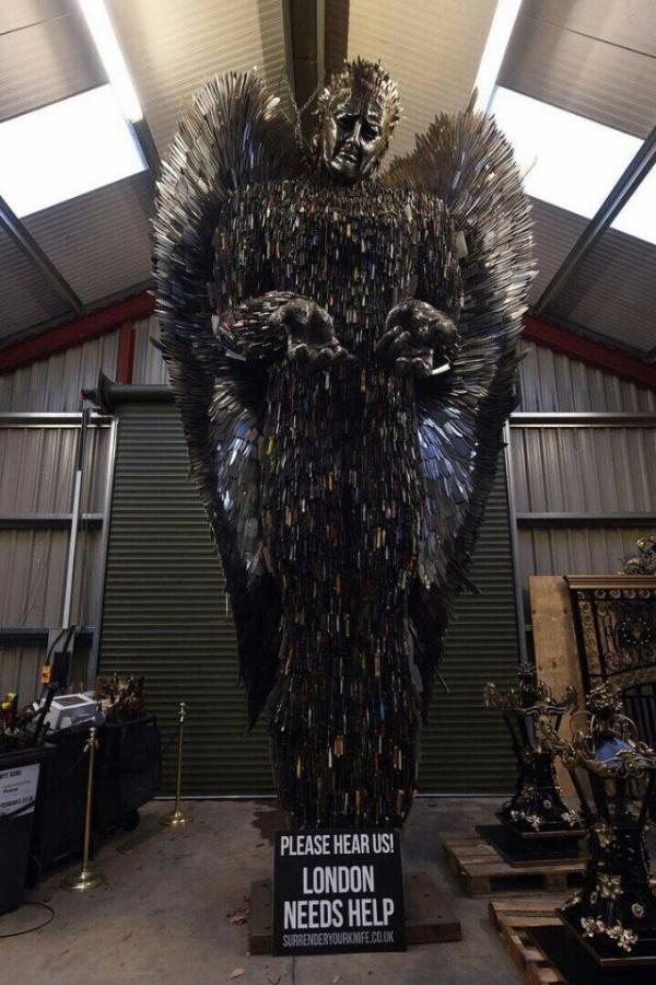 Памятник жертвам колото-резанных ранений, созданный из ножей, которые люди добровольно сдавали британским полицейским в течение двух лет (4 фото)