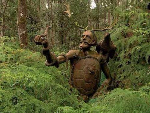 Работы австралийского скульптора Бруно Торфса, расставленные в лесу (9 фото)