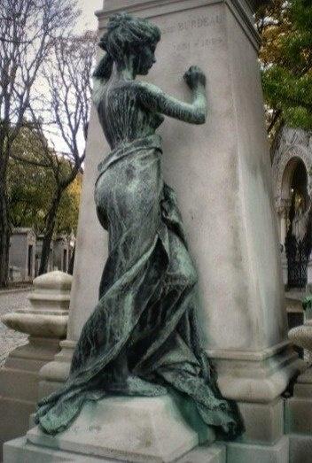 Скульптуры на старых кладбищах Парижа (6 фото)