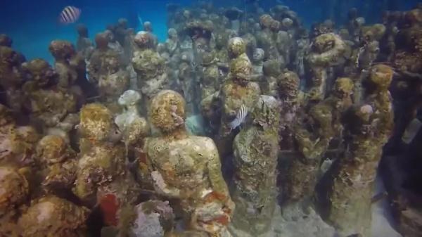 Скульптуры под водой (9 фото)