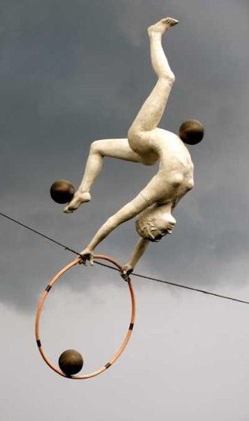 Удивительные скульптуры, балансирующие в воздухе (6 фото)