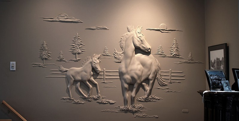 Рабочий украшает гипсокартоновые стены объемными картинами, используя лишь шпатлевку (8фото+1видео+2гиф)