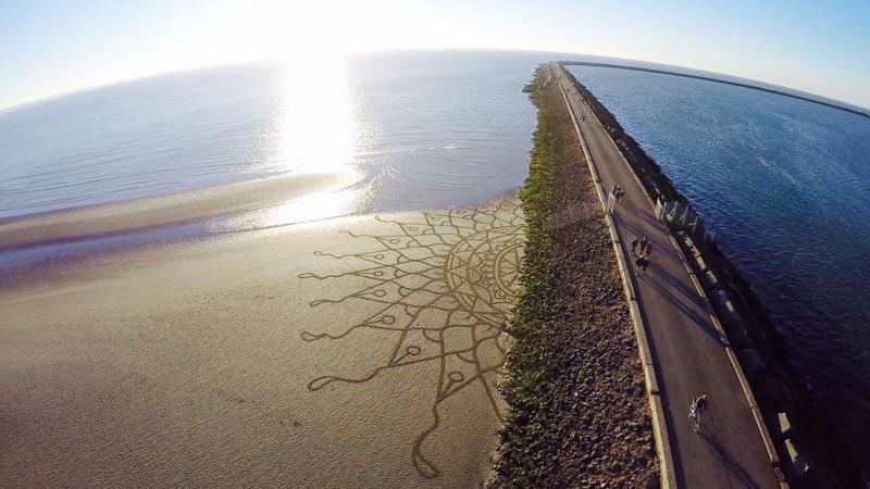 Тим Хукстра — художник создающий огромные рисунки на песке (16фото)