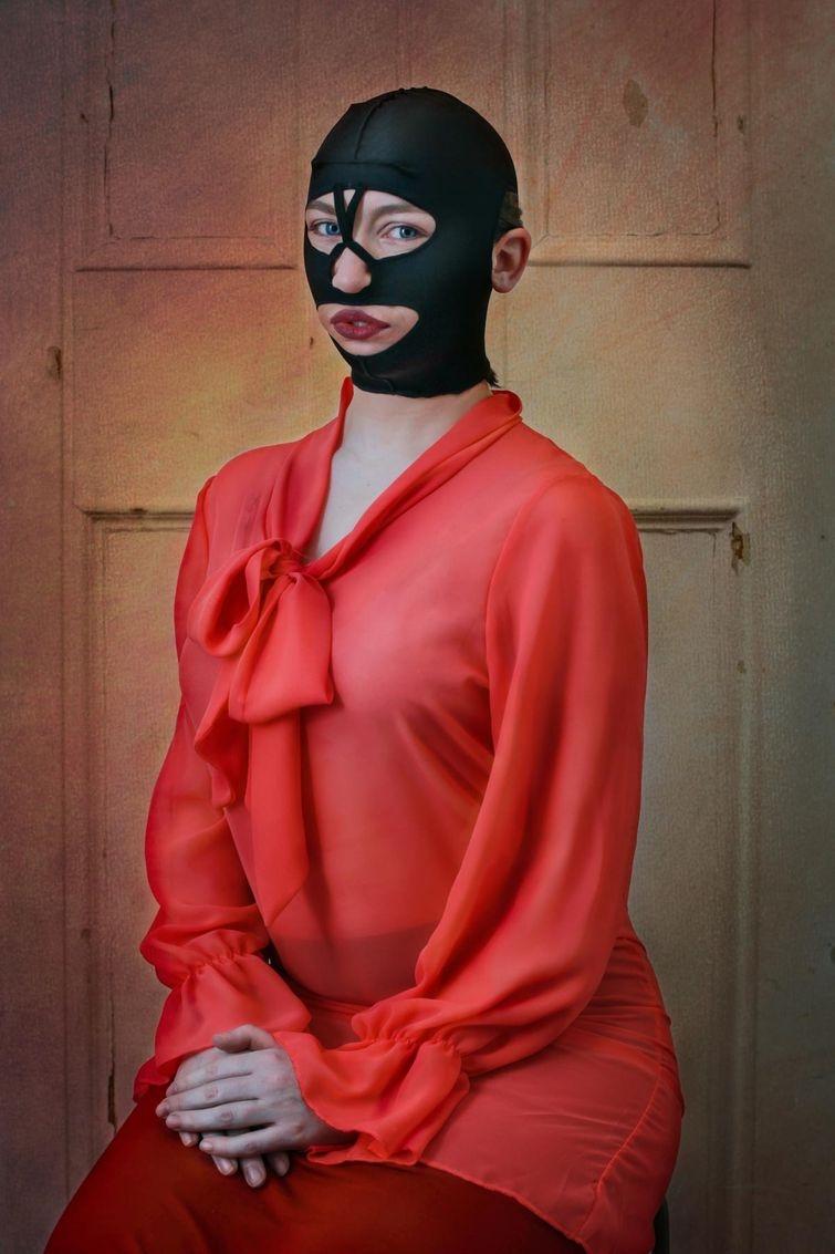 Фотографии женщин в безумно нелепых товарах для красоты, обещающих исправить внешность (17 фото)