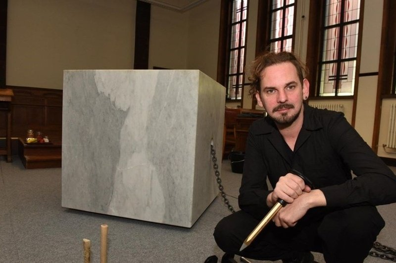 Художник пытался освободить себя от мраморной глыбы 18 дней, но так и не смог (8фото+2видео)