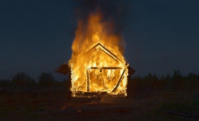 Ущербный фотограф поджигает деревни ради снимков (11фото)