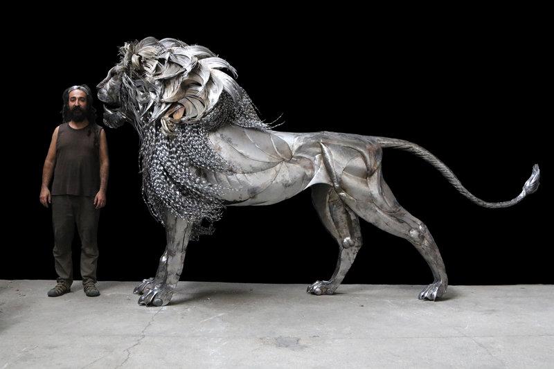 Возвышающийся стальной лев от Сельчука Йылмаза (4фото)
