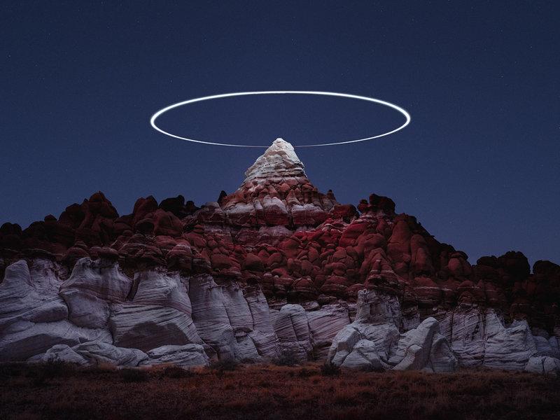 Световые пути дронов над горными ландшафтами в фотографиях на длинной выдержке (8фото)