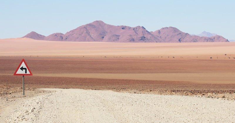 Одинокие дорожные знаки Намибии - кусочек цивилизации среди пустынных пейзажей (13фото)
