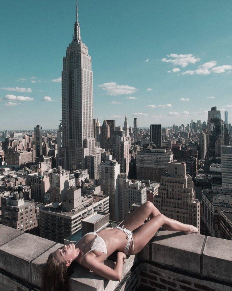 От обнаженных девушек на головокружительной высоте захватывает дух (41 фото)