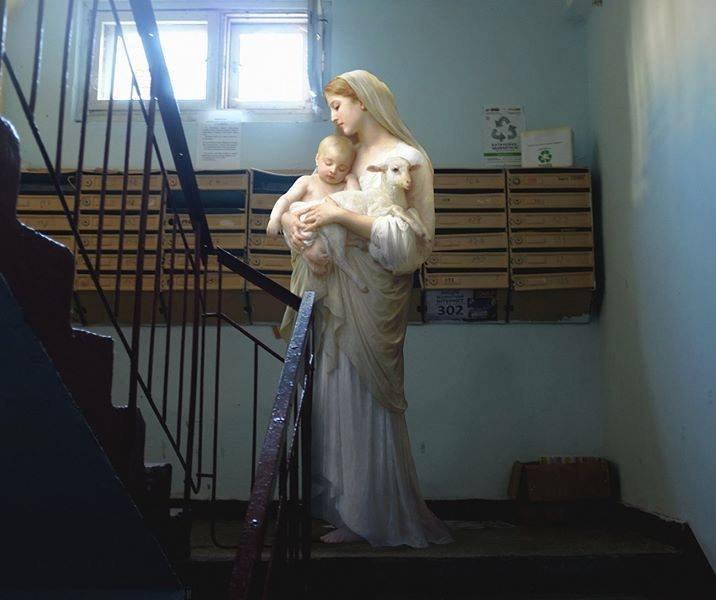 Античные боги и дамы во дворе, в метро, на лавочке (13фото)