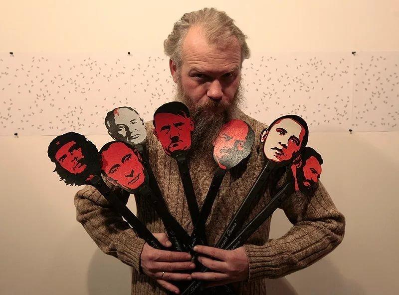 «Это не искусство, это ****!» Вандалы разгромили выставку Васи Слонова «о кривой русской судьбе» (7фото+1видео)