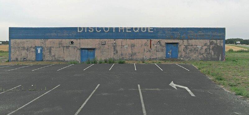Фотограф снимает заброшенные французские дискотеки (26фото)