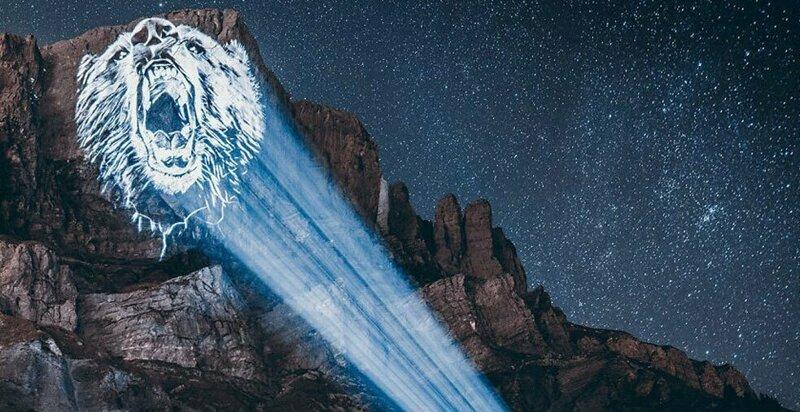 Художник спроецировал свои рисунки на горы, чтобы привлечь внимание к проблеме исчезновения животных (16фото)