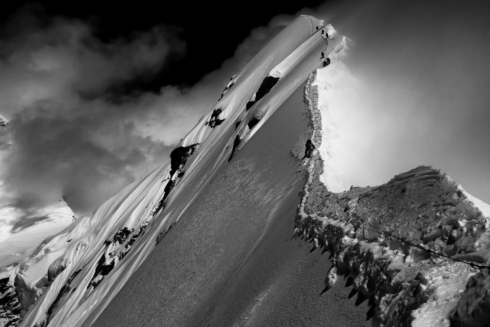 Мощные фотографии пятой по величине вершины мира (12фото)
