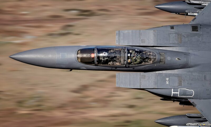 Словил момент: пилот истребителя посмотрел в объектив фотографа на нереальной скорости (2фото)