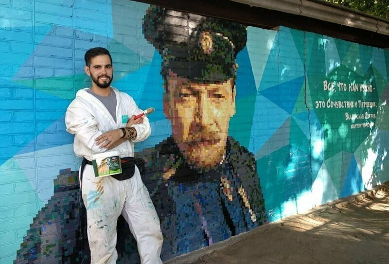 Жители Таганрога решили помочь автору уличных портретов Раневской и Добронравова (12фото)