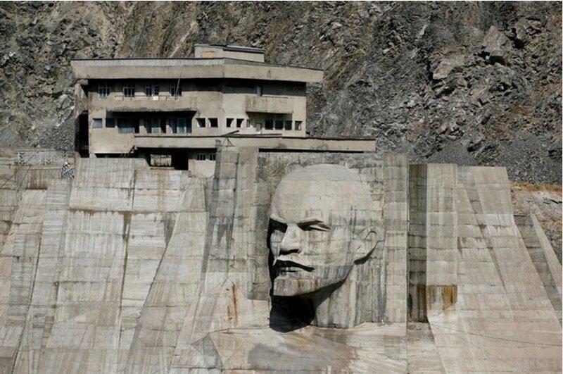 Арт-скульптура с пятиэтажку: голова Ленина на водохранилище (8фото)