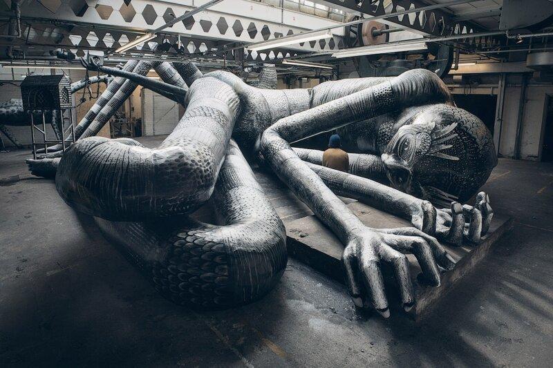 Уличный художник создал мавзолей гигантов (14фото)