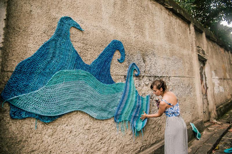 Граффити и вязание: девушка совмещает несовместимое, украшая пряжей улицы Сан-Паулу (9фото)