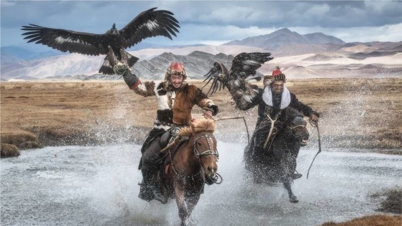 Монгольские охотники с беркутами: потрясающая связь между человеком и птицей (13фото)