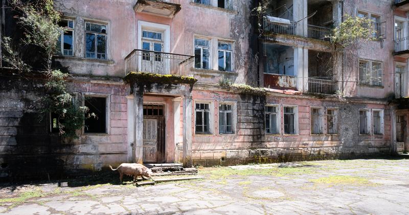 Фотограф снял покинутые города Абхазии (24фото)