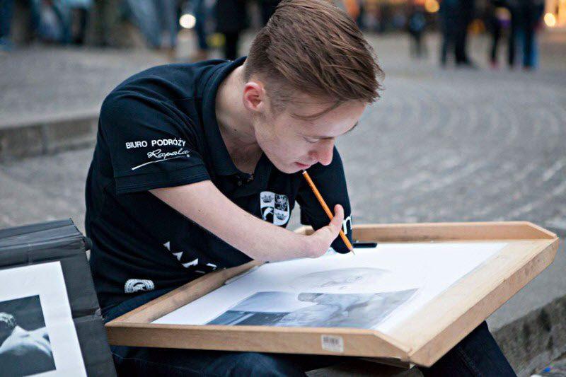 Этот парень, родившийся без рук, рисует невероятно реалистичные картины (12 фото)