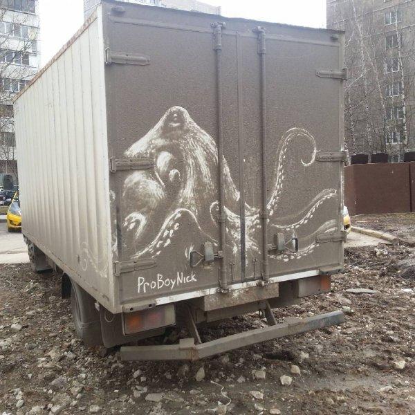 Грязное искусство: российский художник пишет картины на грязных машинах (25 фото)