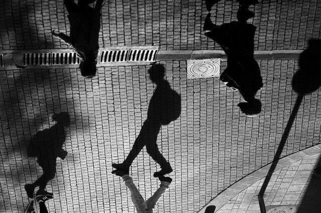 Свет, тени и силуэты: магия чёрно-белой уличной фотографии Гая Коэна (58фото)