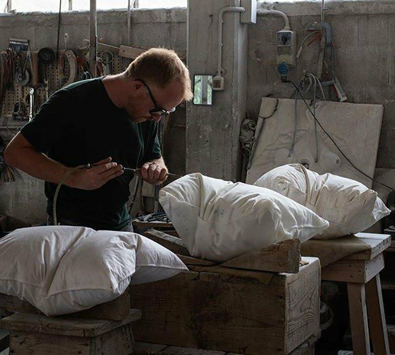 Реалистично выглядящие подушки, искусно высеченные из мрамора (7фото)