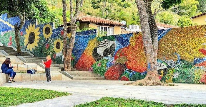 Художник создал гигантскую мозаику из 200 000 крышек от бутылок (20фото)