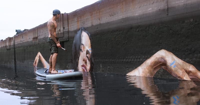 Художник рисует потрясающие картины у воды, стоя на доске для серфинга (9фото)