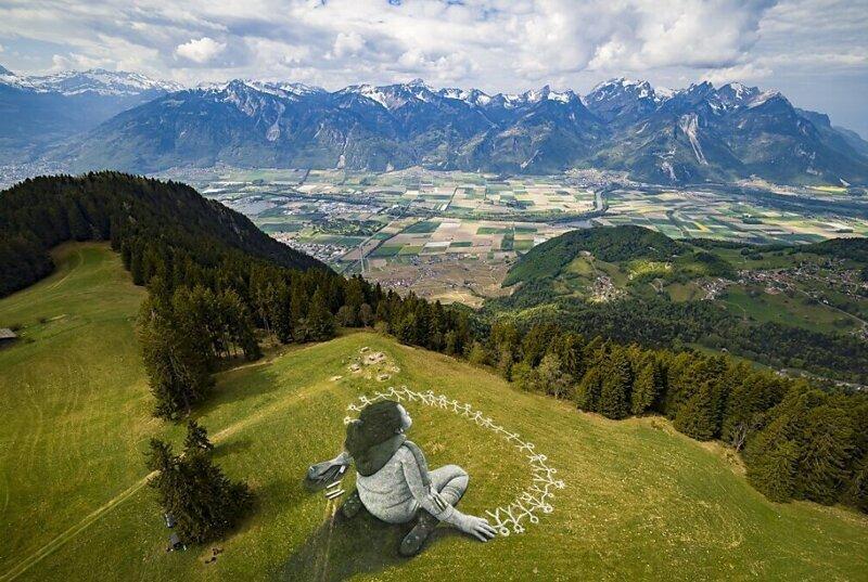 Швейцарский художник нарисовал в Альпах картину площадью три тысячи квадратных метров (13фото)