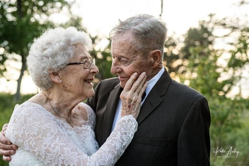 Супружеская пара отметила 60-летие брака, снявшись в своих свадебных нарядах (10фото)