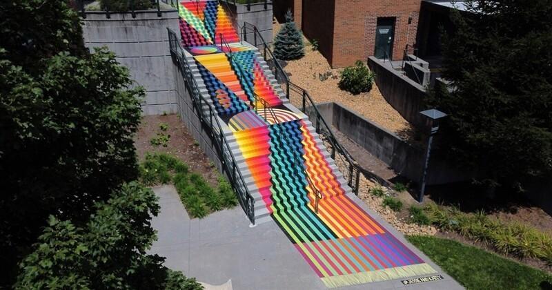Художницы превратили университетскую лестницу в инсталляцию (7фото)