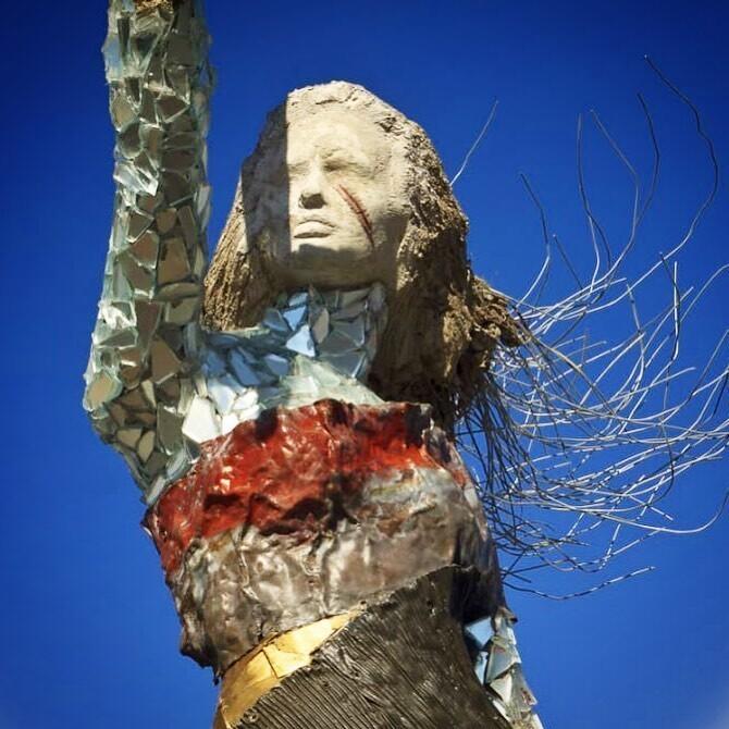 Символ трагедии и памяти: В Бейруте создали статую девушки (4фото)