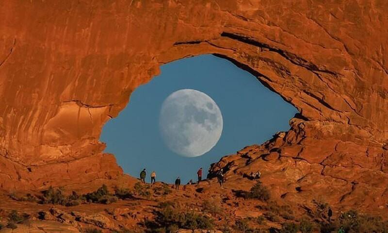 Фотограф дождался полной луны и сделал крутой снимок (3фото)