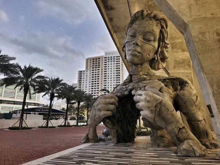 В США создали статую женщины, которая разрывает свою грудную клетку (13фото)