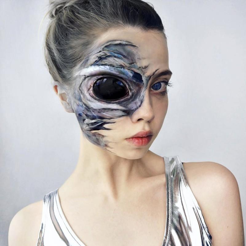 Художница с помощью своей кукольной потусторонней внешности создает красочный мир причудливой фантазии (30фото)