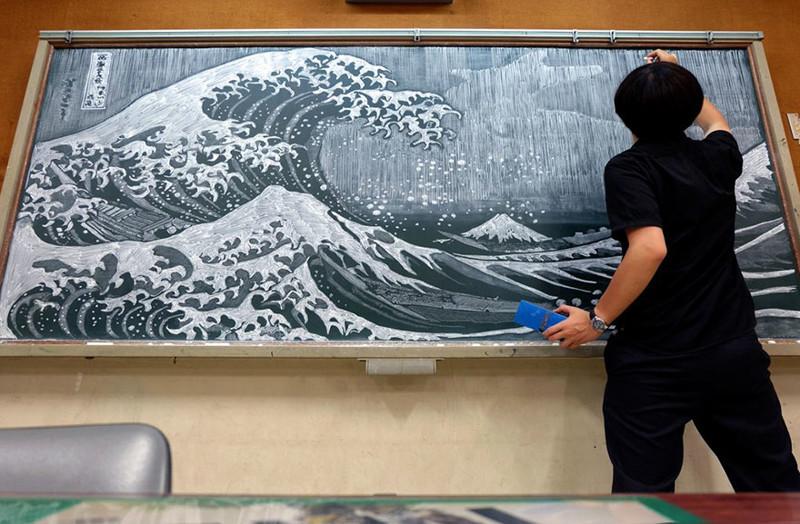Японский учитель радует своих учеников потрясающими картинами на школьной доске (9фото)
