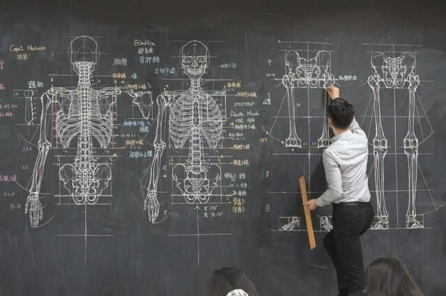 Преподаватель университета набирает популярность в соцсетях благодаря своим безумно подробным рисунк (7фото)