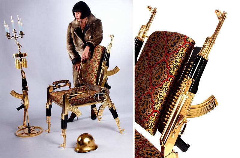 Художник создал позолоченный стул из настоящих автоматов Калашникова (4фото)
